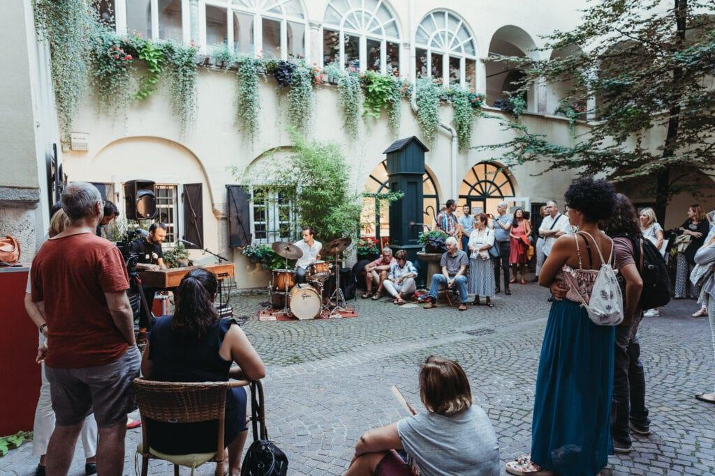 Bamberger Hof, Innenhoft am Alten Platz mit Band und vielen Menschen bei einem Konzert der DonnerSzenen