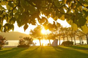 Malerischer Sonnenuntergang in der Promenade der Ostbucht