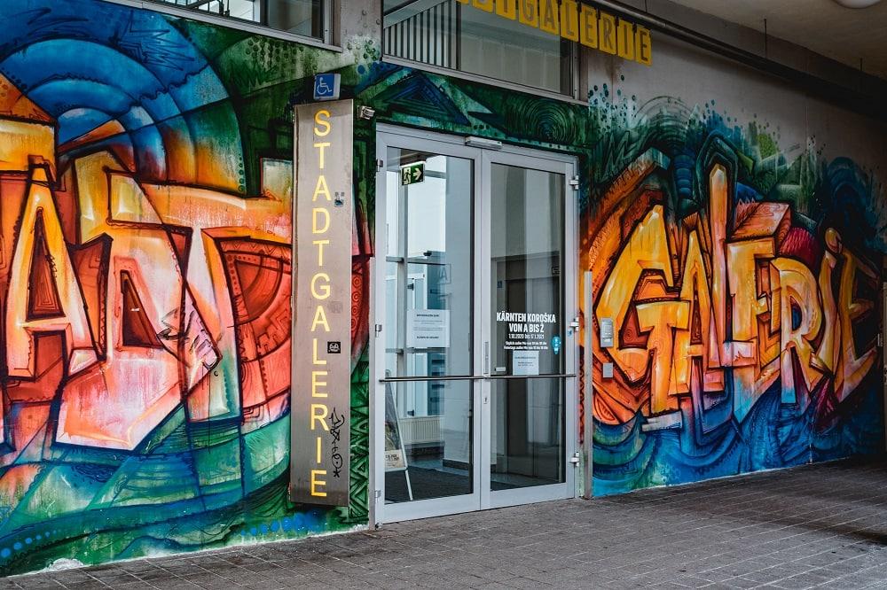 Stadtgalerie Eingang, Tür, Außenansicht, 9020 Klagenfurt am Wörthersee, Ausstellung, Galerie, Kunst, Skulpturen, Installationen, Bilder, Malerei, Fotografie