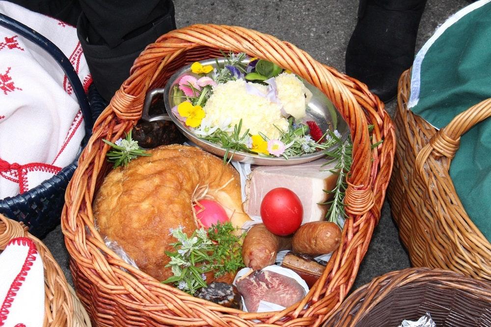 Ostern, Weihkorb, Reindling, gefärbte Eier, Kren, Butter, Selchwürste, Salami, Osterjause, Dom, 9020 Klagenfurt am Wörthersee