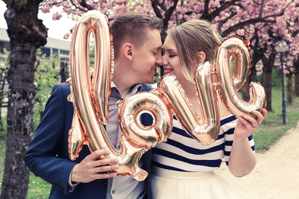 verliebtes Paar, rosa Kleid, Jeansjacke, Kirschblüte, 9020 Klagenfurt am Wörthersee, Frühling, Blüten, rosa