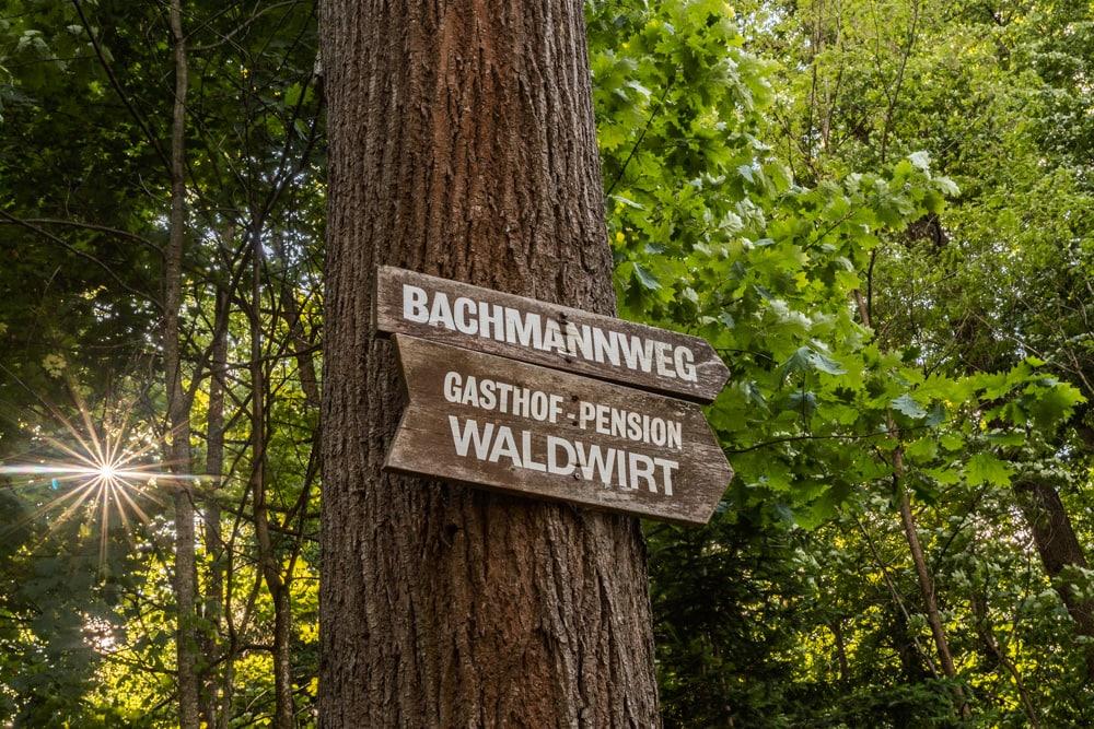 Der Ingeborg-Bachmann-Weg zum See startet hinter der Kreuzberglkirche