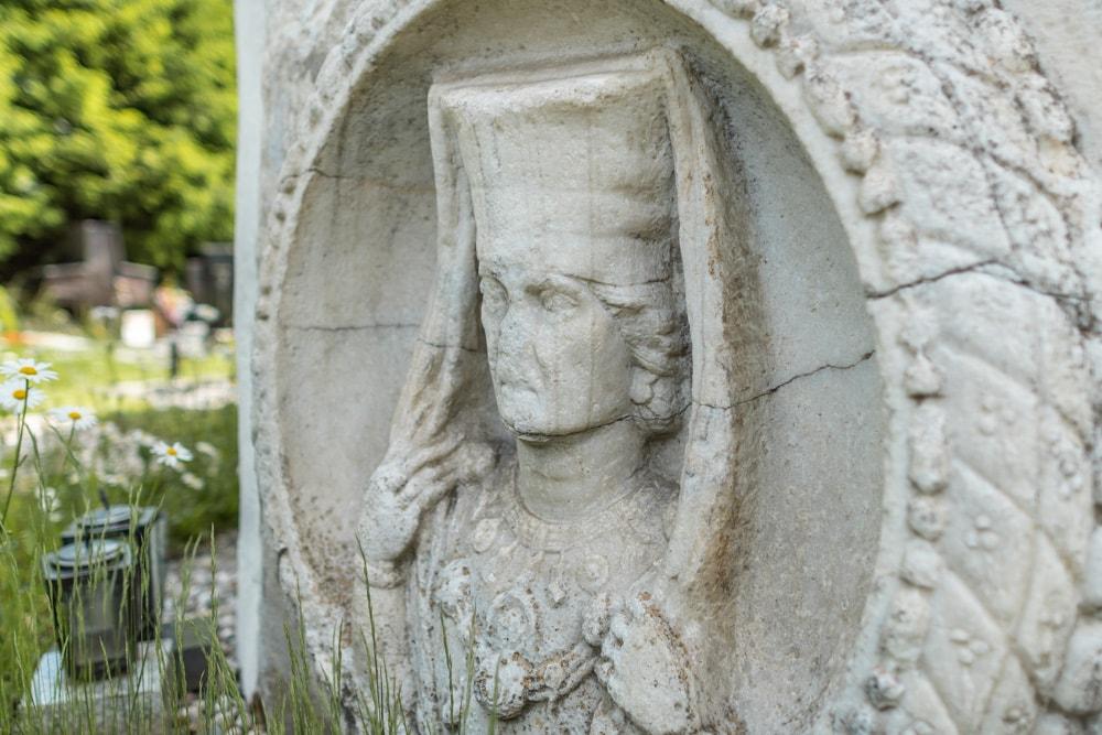 Das römerzeitliche Rundrelief einer eleganten Keltin an der Chorturmkirche Lendorf