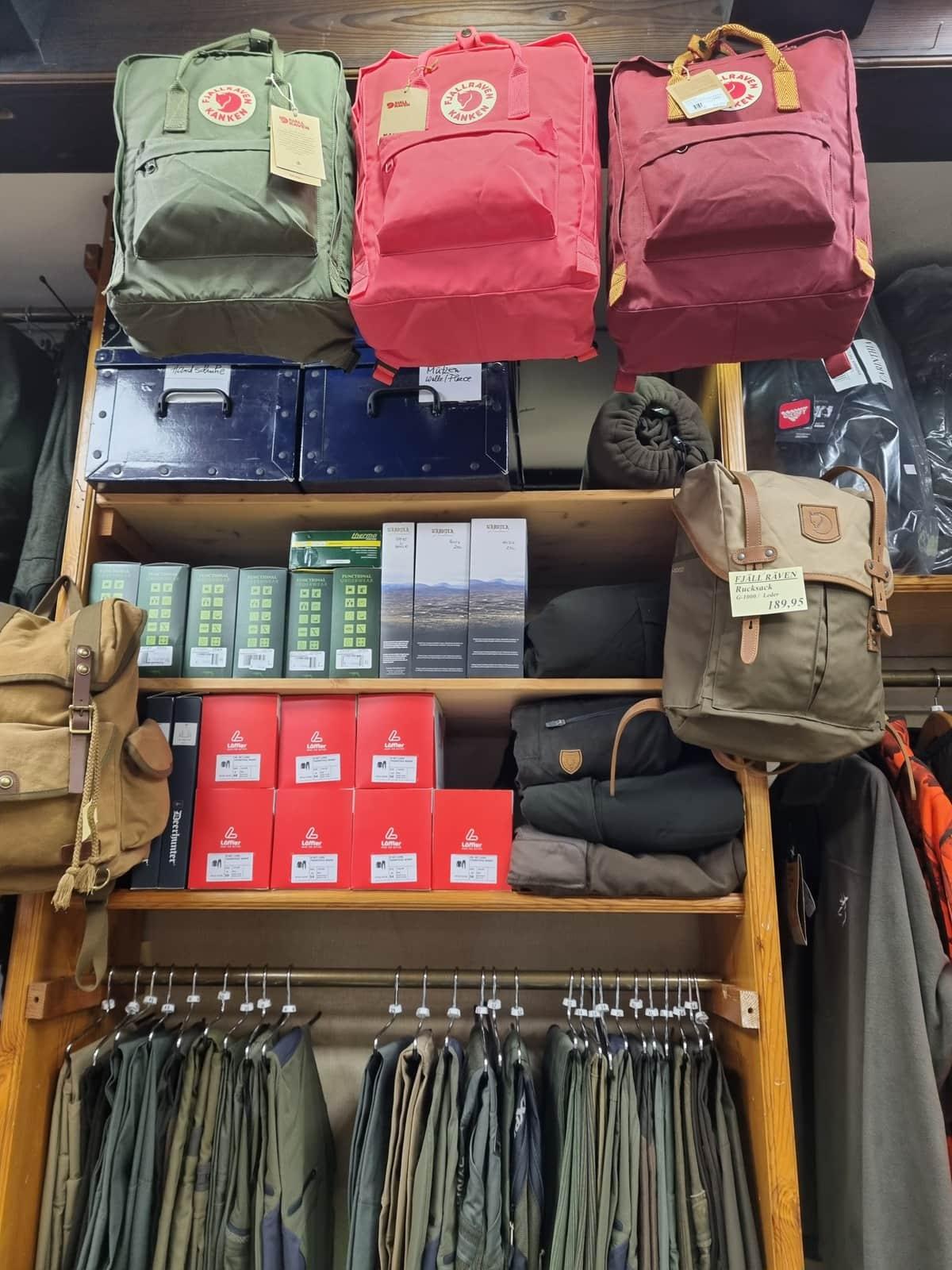 Rucksäcke in verschiedenen Farben, Schlafsäcke, Wanderhosen