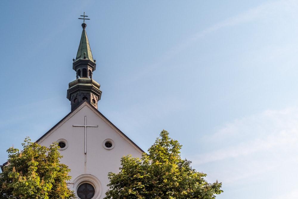Die südlich ausgerichtete Stirnseite der Kapuzinerkirche am Beginn der Bahnhofstraße