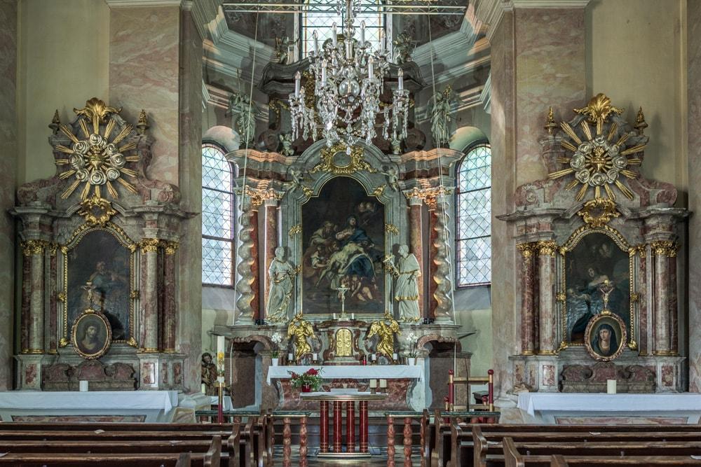 Der Hochaltar und die Seitenaltäre in der Kreuzberglkirche wurden vom Kärntner Barockmaler Josef Ferdiand Fromiller gestaltet