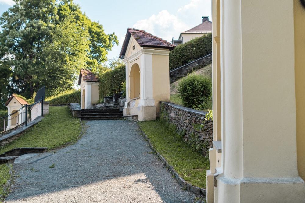 Kapellenähnlichen Mauernischen vor der Kreuzberglkirche in Klagenfurt