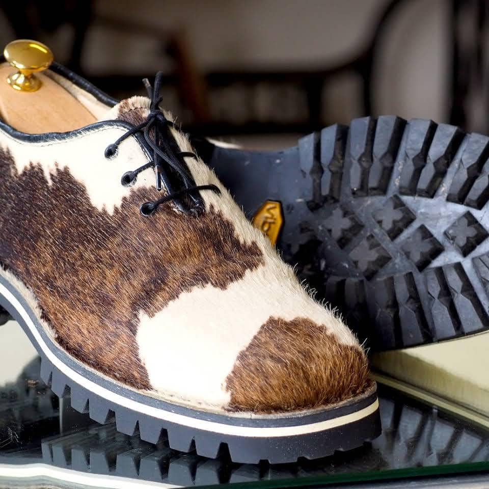Schuh aus Kuhfell in Nahaufnahme