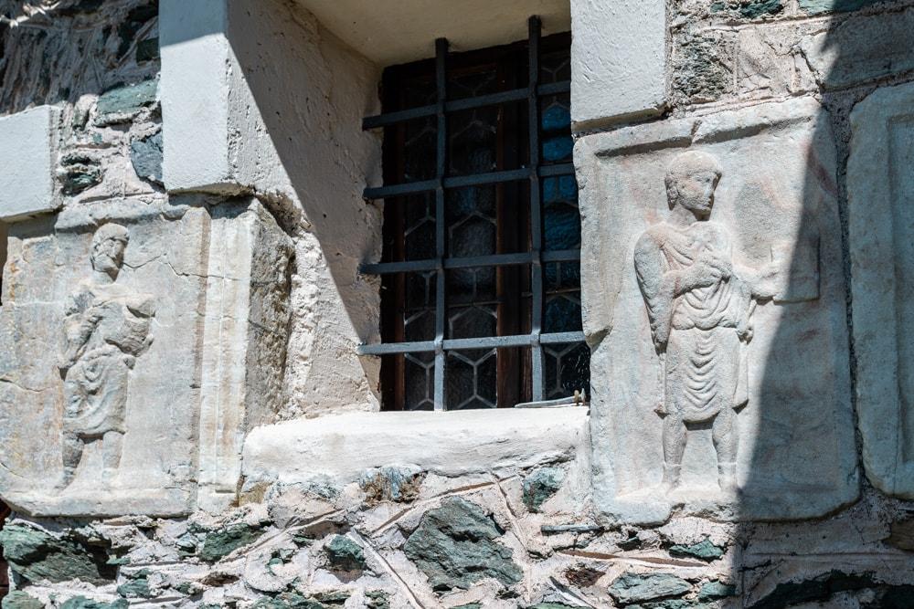 Die Kirche wurde mit zahlreichen römischen Relief- und Inschriften-Steinen erbaut