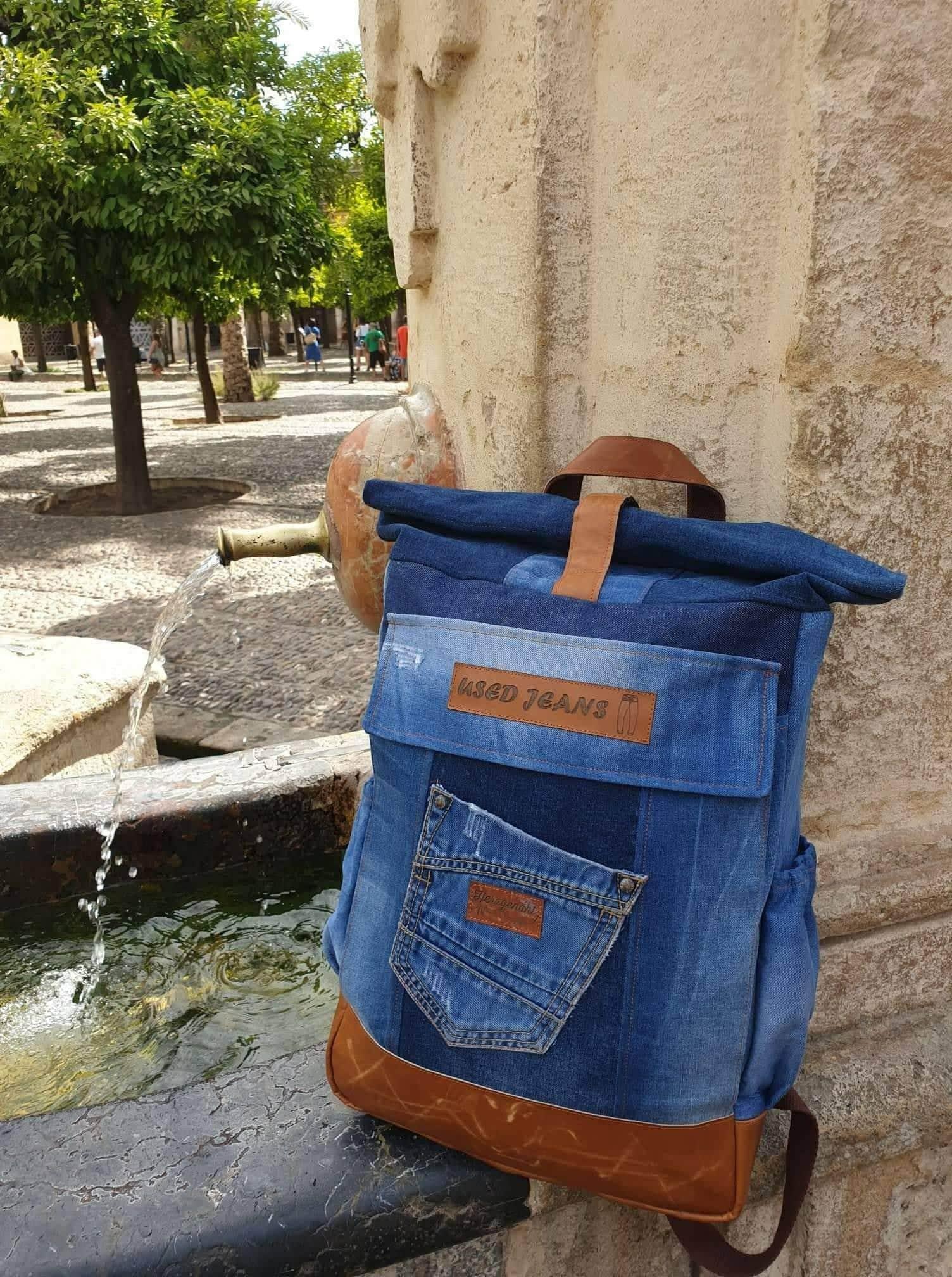 Rucksack genäht aus Bluejeans mit hellbrauem Lederboden und Schlaufen