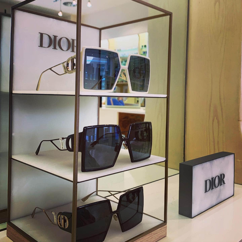 Vitrine mit drei eckigen Sonnenbrillen von Dior