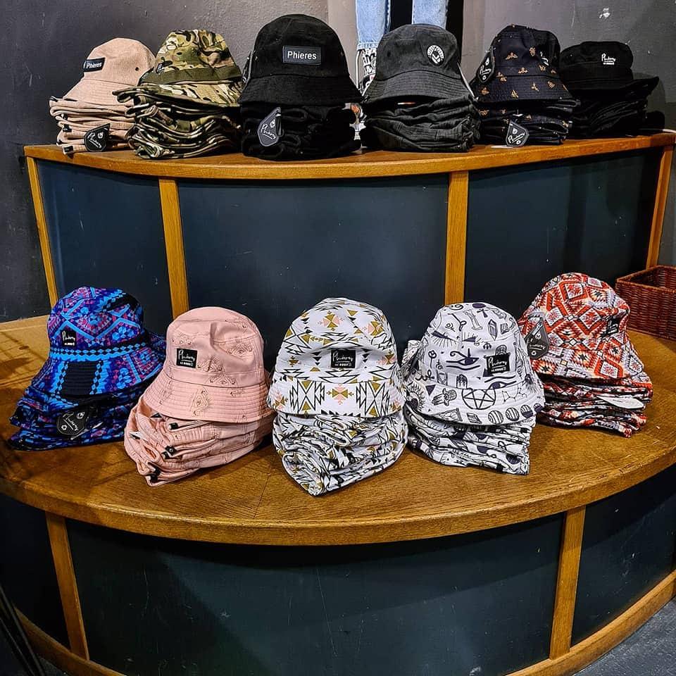 Fischerhüte in verschiedenen Farben wie schwarz, camouflage, beige, gemustert mit Symbolen, Karos und graphischen Symbolen