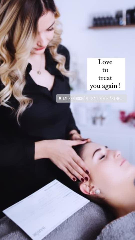 die Inhaberin vom Kosmetikstudio Tausendschön Alina Waltl behandelt eine Kundin, diese liegt auf einer Liege, Alina steht hinter ihrem Kopf und legt die Händer auf deren Schläfen.