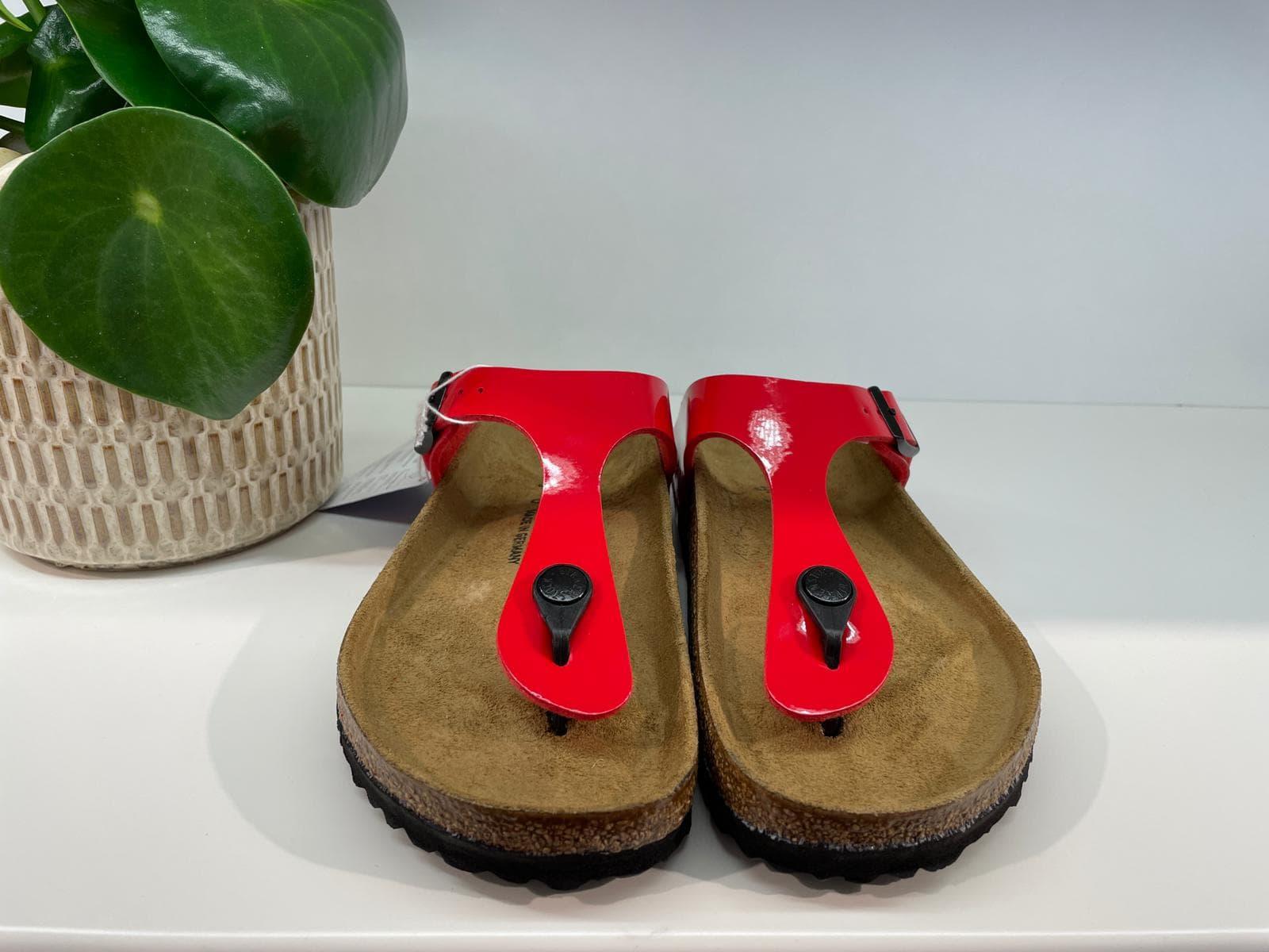 Birkenstock Sandalen mit Zehentrenner in rotem Lack
