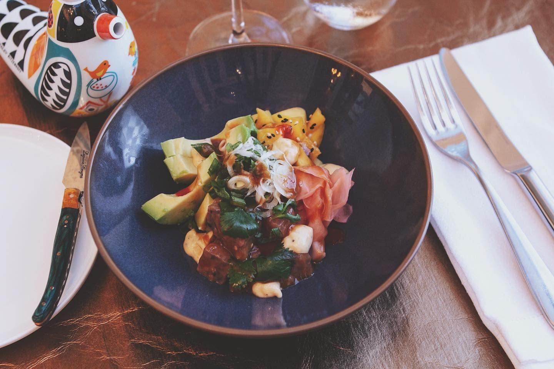 ein Spezialgericht aus dem Restaurant 151er in Klagenfurt am Wörthersee, Süduferstraße, es gibt Mittagessen und Abendessen, das Gericht ist sehr elegant auf einem schwarzen Teller angerichtet
