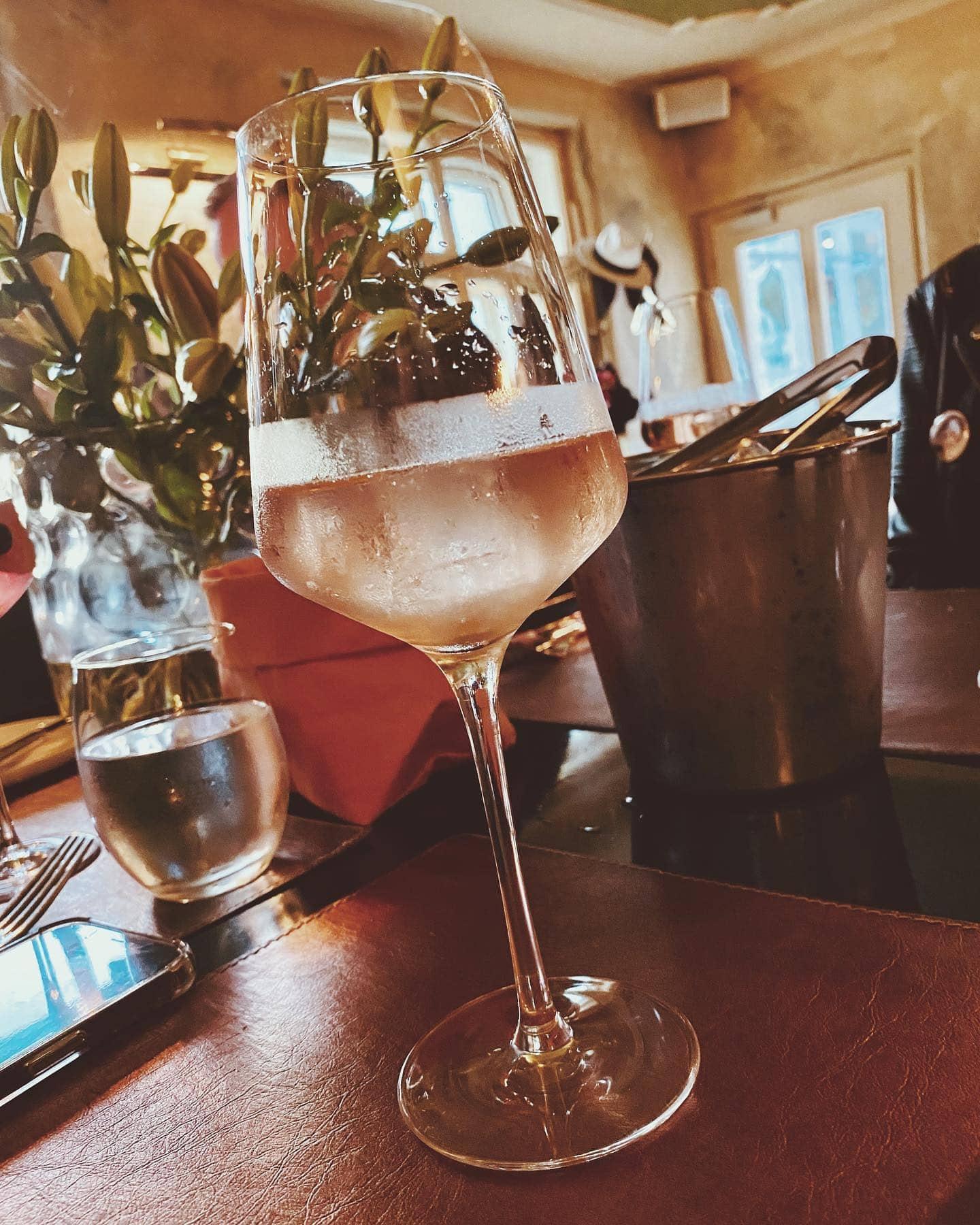 Lilletspritzer in der Bar 151er auf der Süduferstraße des Wörthersees, im Hintergrund das Restaurant