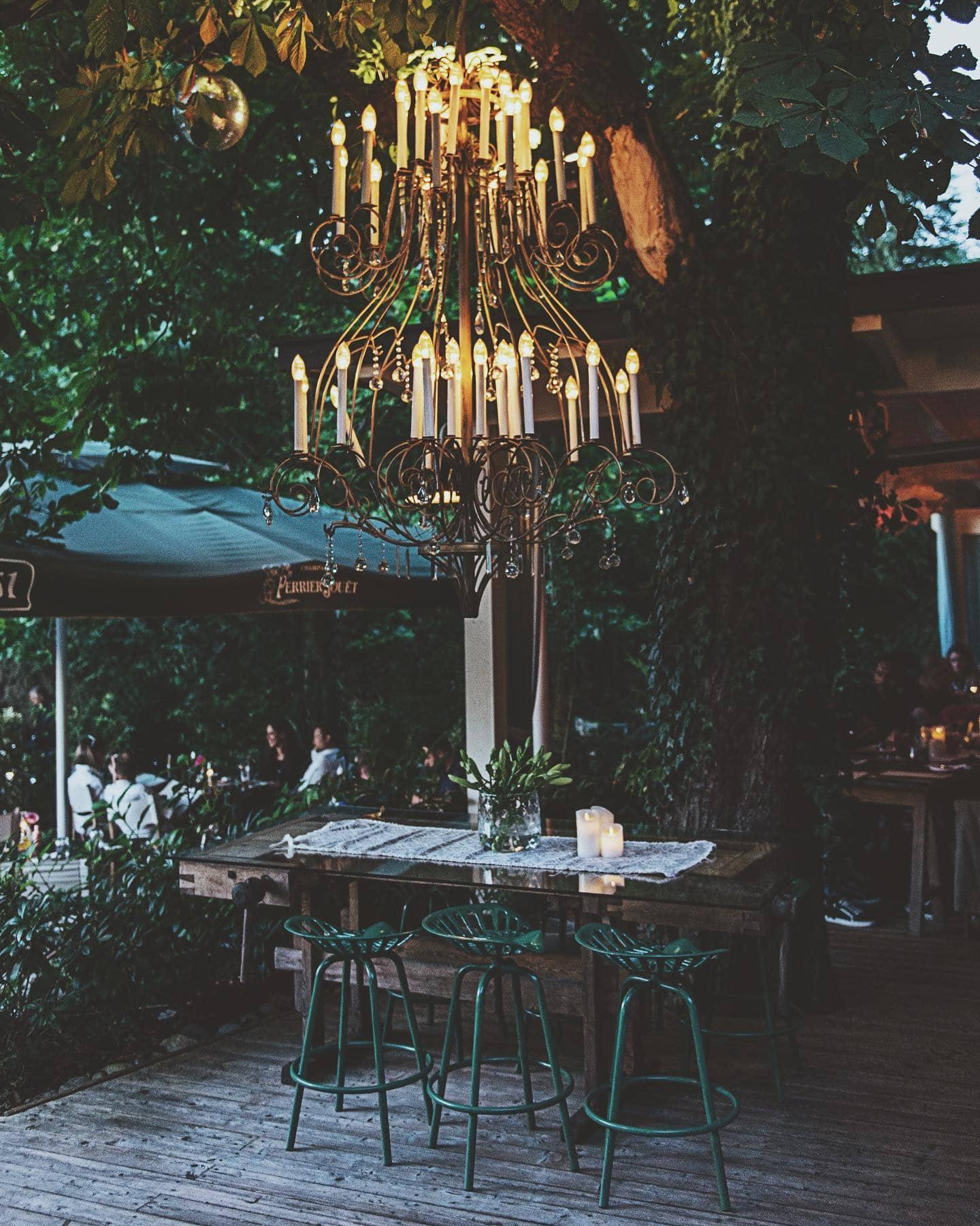 ein Kerzenluster auf der Terrasse des Restaurants 151er auf der Süduferstraße des Wörthersees, es ist Abendstimmung