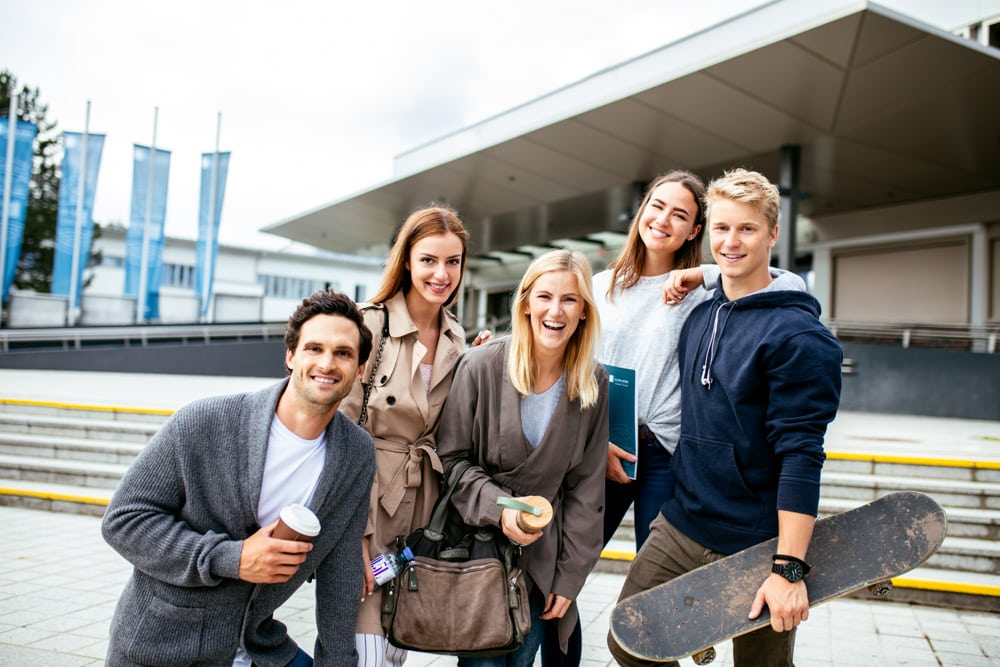 Studierende an der Uni Klagenfurt vorm Haupteingang