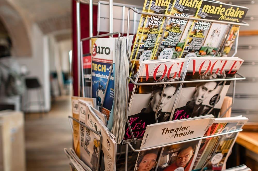 Zeitschriftenständer im Deli der Hafenstadt Urban Area mit der Vogue, Marie Claire, Theater heute und Capital