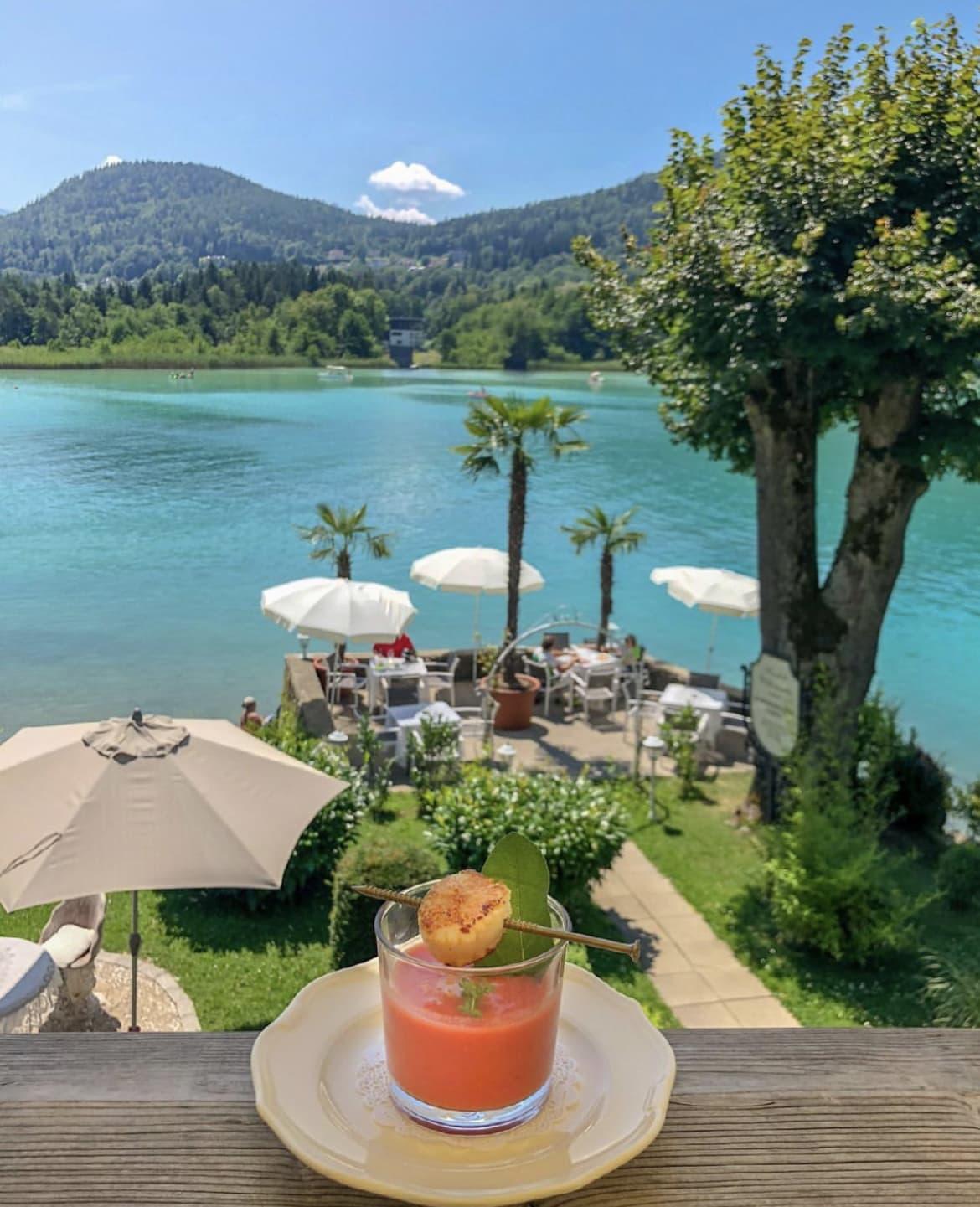 ein Blick auf die Seeterrasse im Restaurant Maria Loretto im Schloss Loretto in Klagenfurt am Wörthersee, Essen mit Seeblick