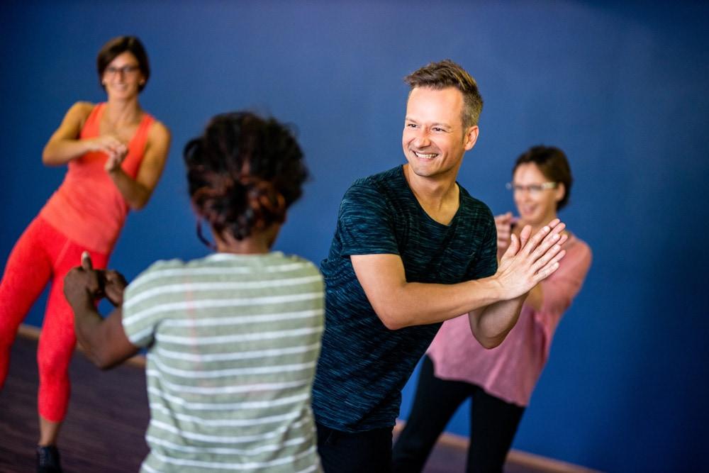 der Kursleiter Rene Puglnig beim Vorzeigen bei seinem Tanzworkshop bei NDC in Klagenfurt