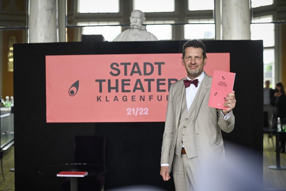 Aron Stiehl mit dem Herbst/Winter-Spielplan 2021/2022 des Stadttheaters Klagenfurt