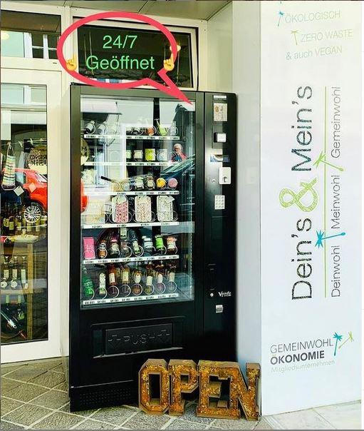 24h Automat vor dem Geschäft Deins & Meins in der Paradeisergasse in Klagenfurt, reich gefüllt mit regionalen Produkten wie Gewürzen, Säften, kleinen Geschenken zum Mitbringen