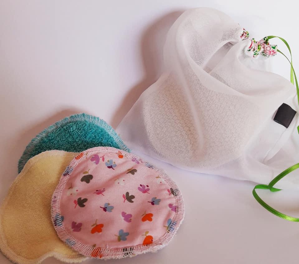 handgemachte Abschminkpads der Firma s3kubic in verschiedenen Farben und Materialien mit einem kleinen Beutel zur Aufbewarung und zum Waschen