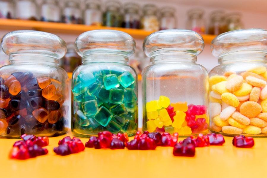 Gläser gefüllt mit bunden Gummifrüchten aus dem Bärenland in Klagenfurt, für die Schultüte zum Schulbeginn