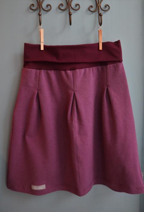 ein bordeauxfarbener Rock mit einem breiten Bund hängt an einem messing Kleiderhaken, Design aus Klagenfurt von Beutelier