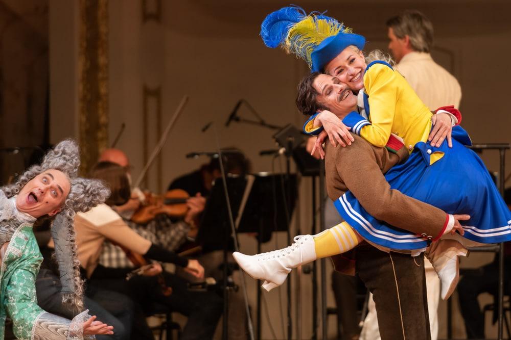 """Stadttheater Klagenfurt - Szene aus """"Der Vogelhändler"""" mit Schweinester und Gorič (c) Arnold Pöschl"""