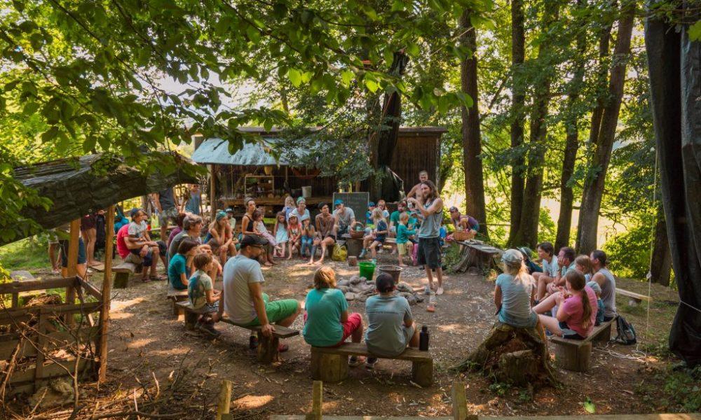 Freiluft Workshop bei Erlebensraum Natur in frischer Luft, alle Teilnehmer sitzen im Sitzkreis