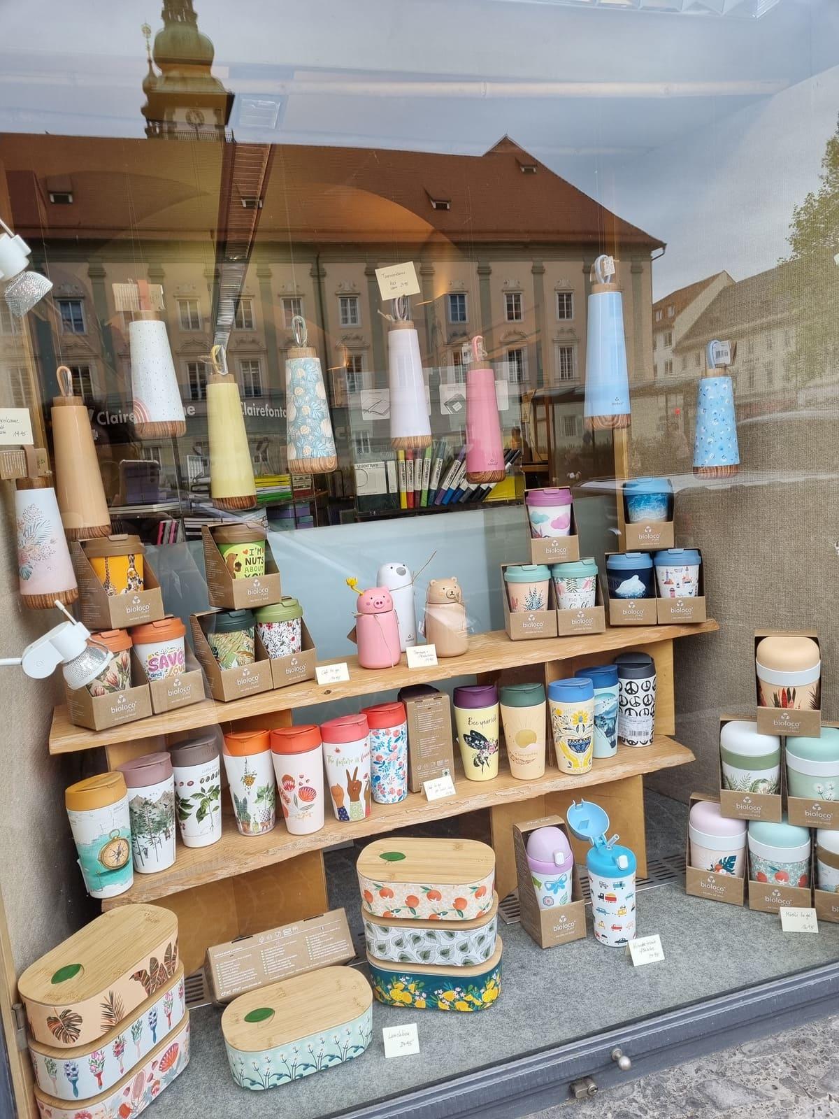 Schaufenster der Kärntner Buchhandlung mit vielen Schulartikeln zum Schulbeginn: Trinkflaschen, Jausenboxen, Warmhaltegefäße, Teebecher, Kaffeebecker