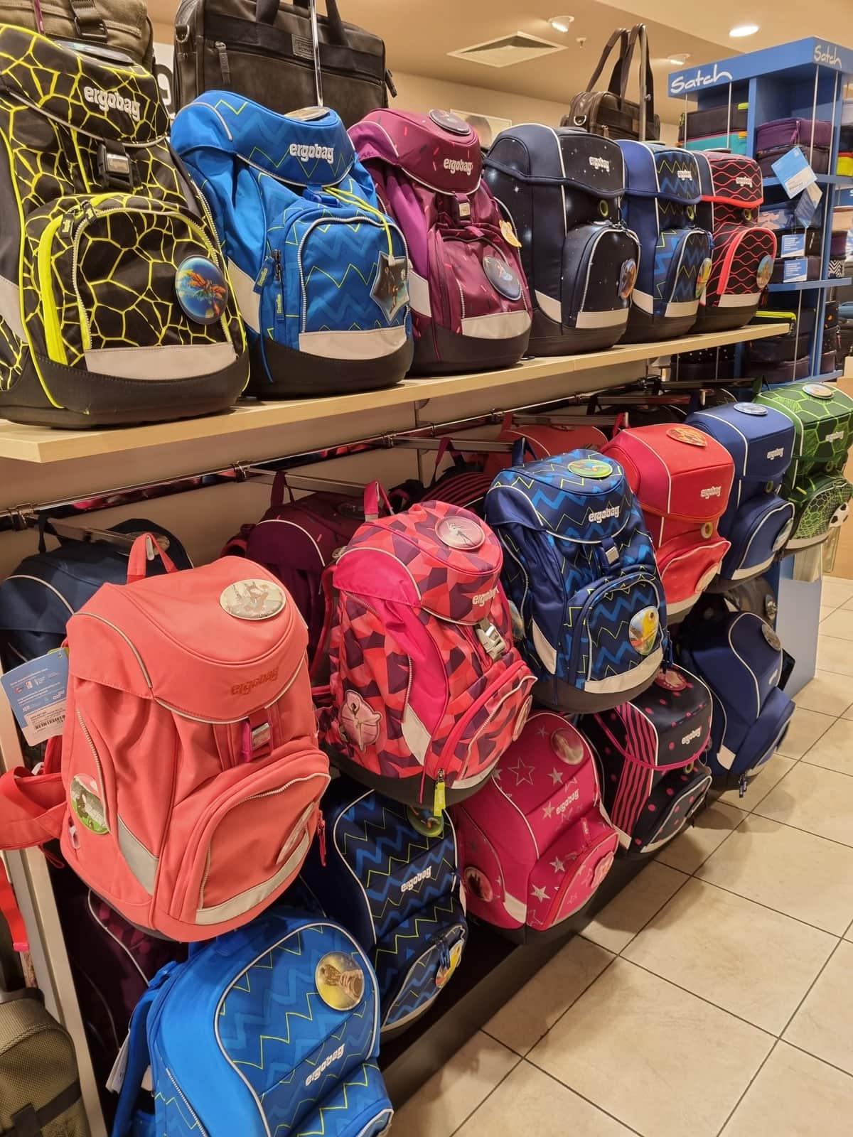 verschiedenste Schultaschen der Marke Satch in unterschiedlichen Farben von LeBag in den Cityarkaden in Klagenfurt, alles für den Schulbeginn