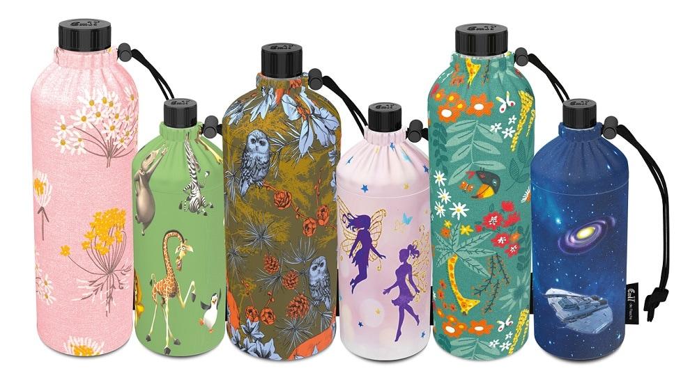 verschiedene Modelle von der Glasflasche Emil mit unterschiedlichen Überzügen in verschiedenen Farben und Mustern, verschiedene Größen, Schulartikel zum Schulbeginn Klagenfurt, Trinkflaschen für Kinder
