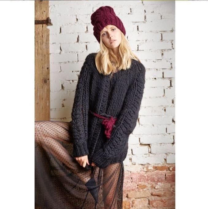 handgestrickter Cardigan in schwarz und eine bordeauxfarbene Strickmütze der Firma Knitted Love