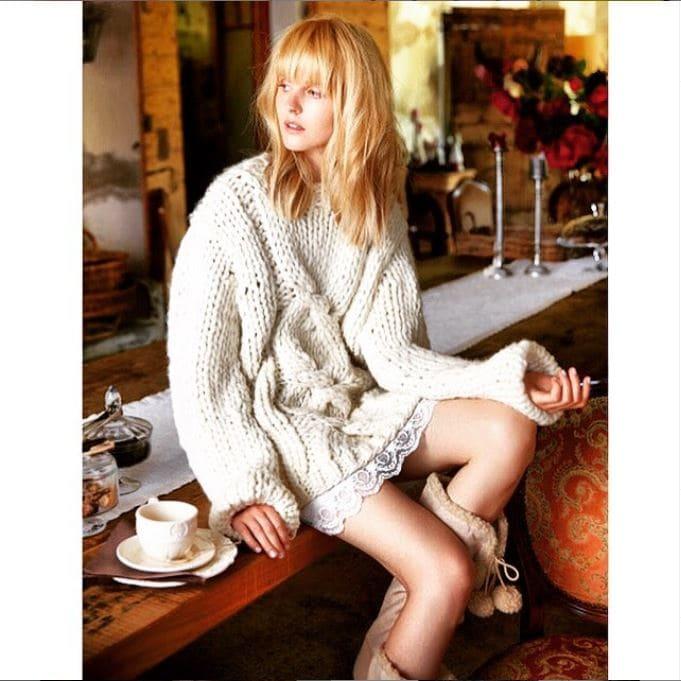 hangestricketer Pullover mit großem Zopfmuster in beige der Firma Knitted Live