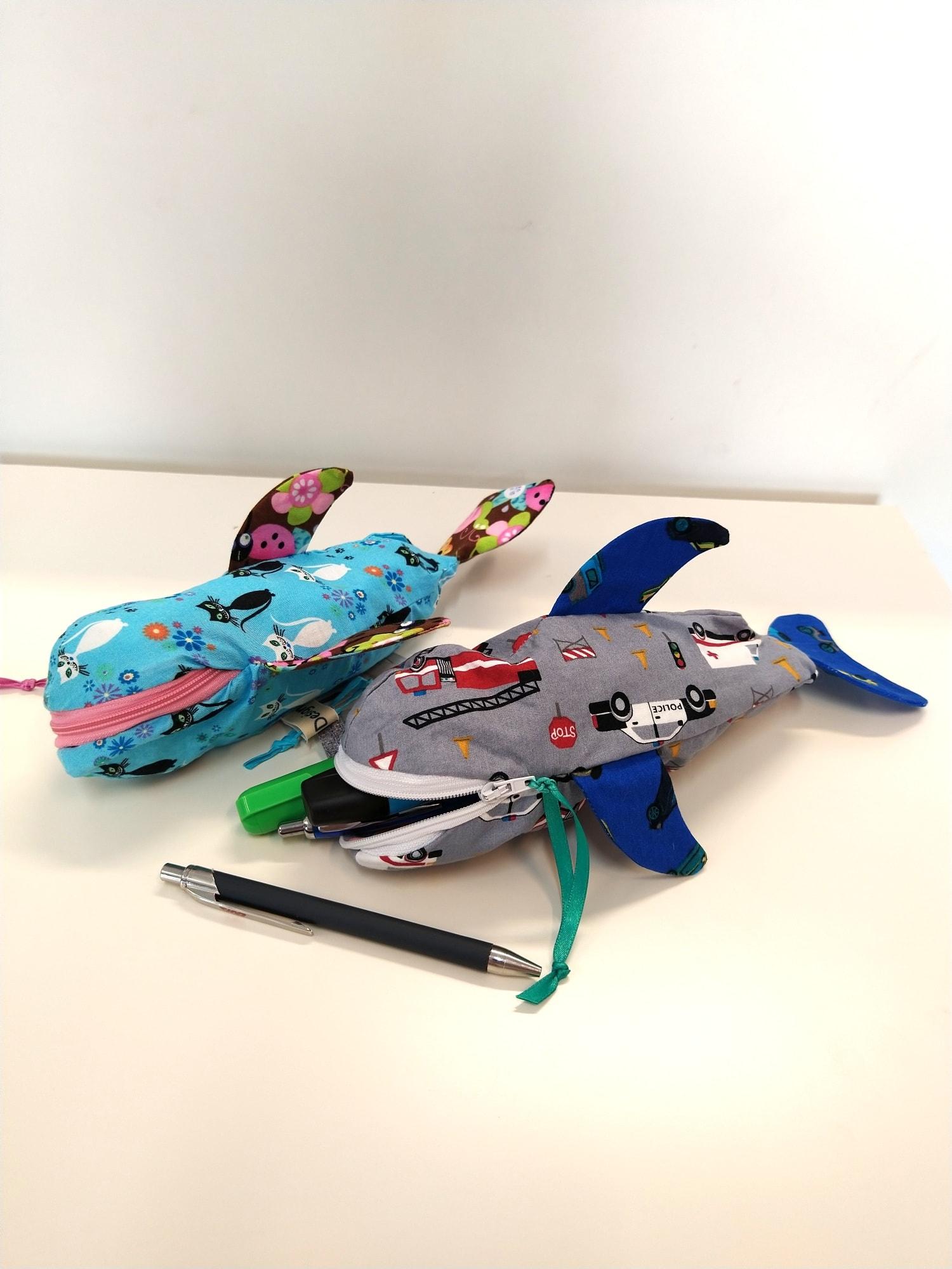 Federpenal in Form eines Hais mit Zip am Maul in verschiedenen Farben vom Geschäft Zwergenstadt in Klagenfurt, Schulartikel zum Schulbeginn Klagenfurt