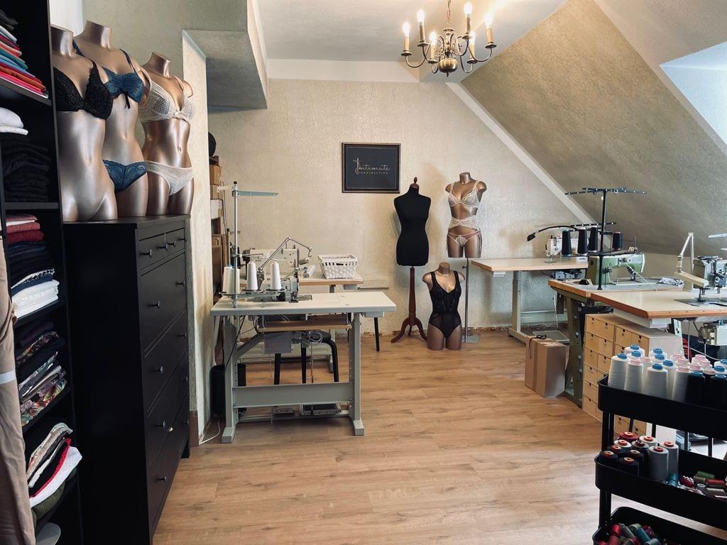 ein Blick in das Atelier der Klagenfurter Designerin Julia Jöbstl von Intimate Construction in der Hafenstadt. Man sieht Schneiderpuppen in verschiedenen Größen, Stoffrollen, Nähmaschinen und diveres Utensilen wie Garnspulen, Scheren und Maßbänder
