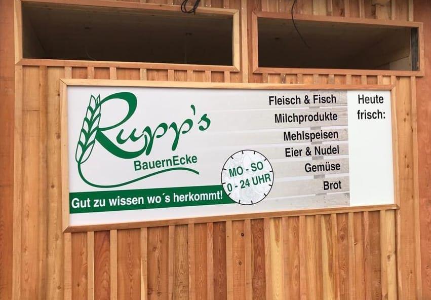 Außennansicht des 24h Verkaufadens Rupps Bauernecke mit der Aufschrift, welche Produkte es zu Kaufen gibt: Fleisch & Fisch, Milchprodukte, Mehlspeisen, Eier & Nudel, Gemüse und Brot
