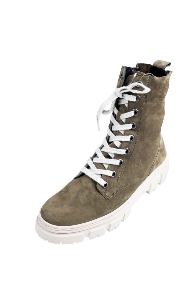 Schuhtrend im Herbst 2021: Boots mir dicker, klobiger Sohle. Auf dem Foto ein olivfarbener Schnürstiefel mit weißer Sohle und weißen Schubändern vom Schuhhaus Neuner in Klagenfurt
