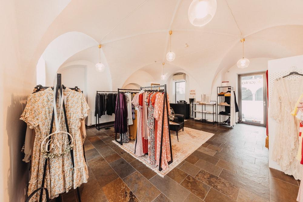ein Blick in den Laden von Stojanka Kurtovic in der Bahnhofstraße in Klagenfurt mit vielen Kleiderständern, auf denen die neueste Herbstmode hängt