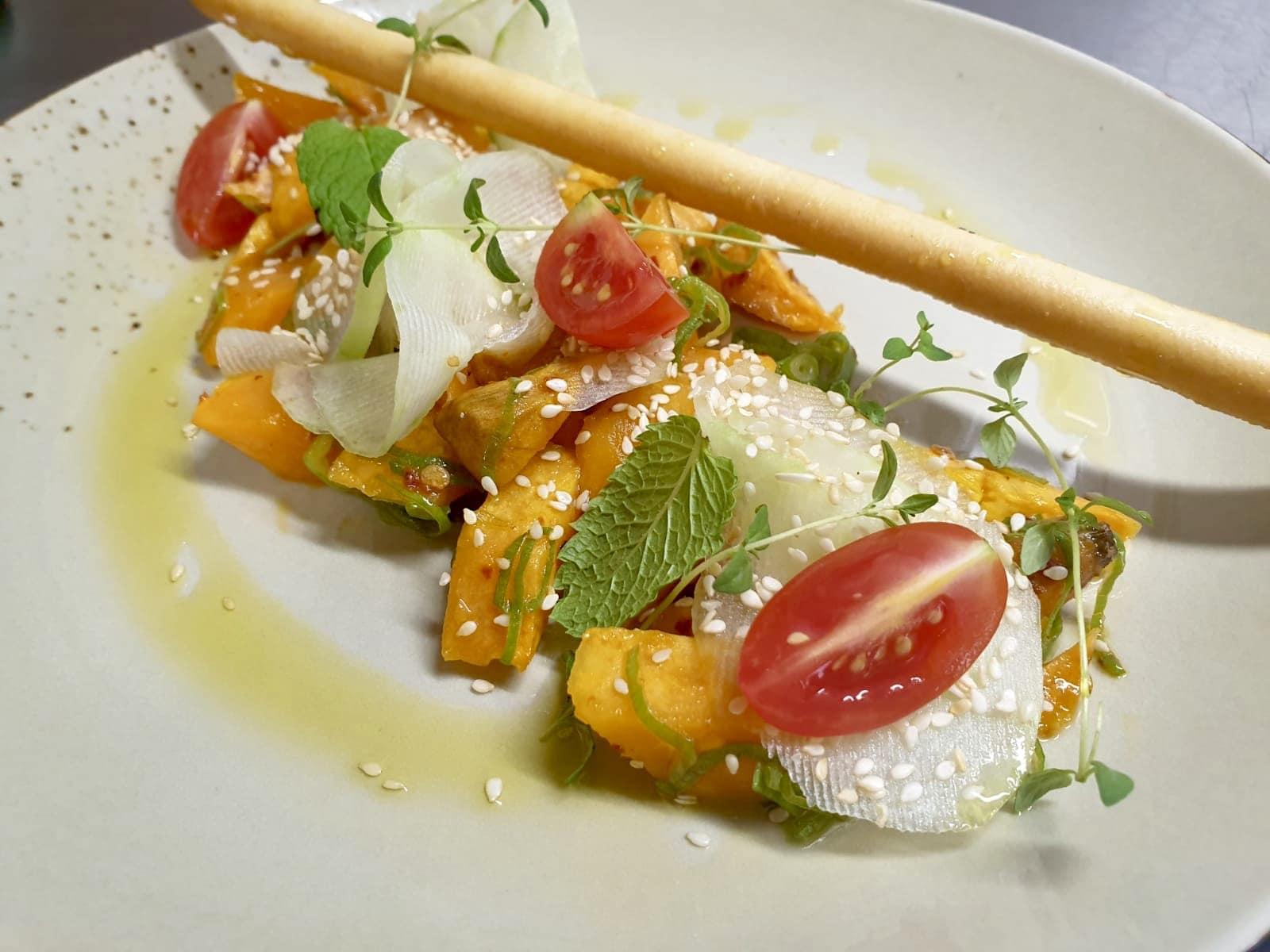 Süßkartoffelsalat mit Tomate, Sesam & Grissini, vegan (c) Suppenglück