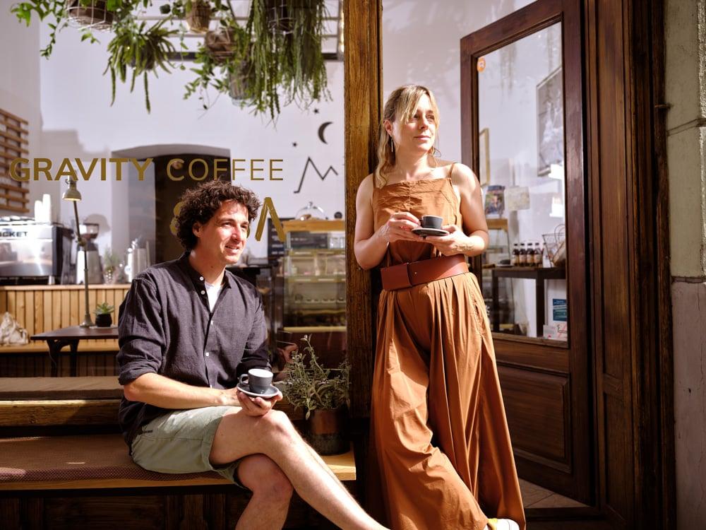 Markus Ogris und Petra Köfer vor ihrem Café Zero Gravity Coffee (c) Arnold Pöschl