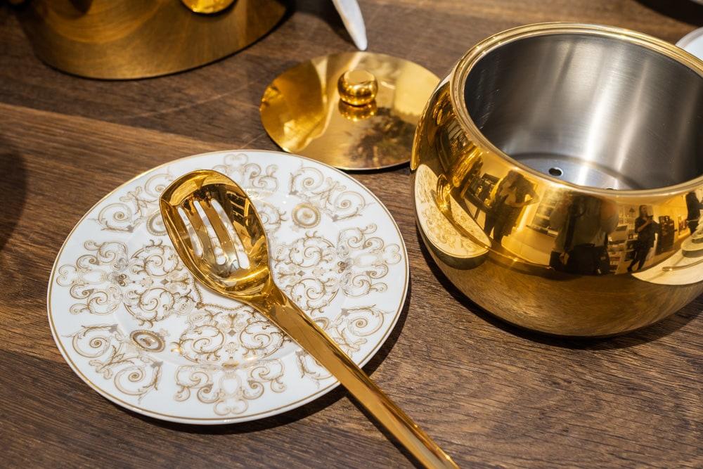 Edles Geschirr für die Aufbewahrung und fürs Servieren von Eiswürfeln, erhältlich beim Porzellanhaus Sakotnik (c) KLAMAG, NH