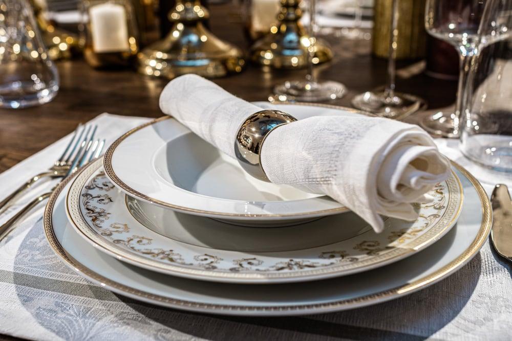Weiße Stoffserviette mit Serviettenring für die Festtafel (c) KLAMAG, NH