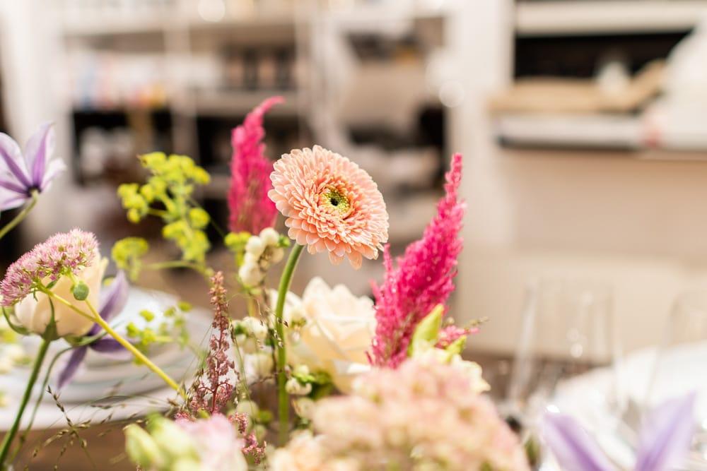 rosa Blumen als Tischdekoration (c) KLAMAG, NH